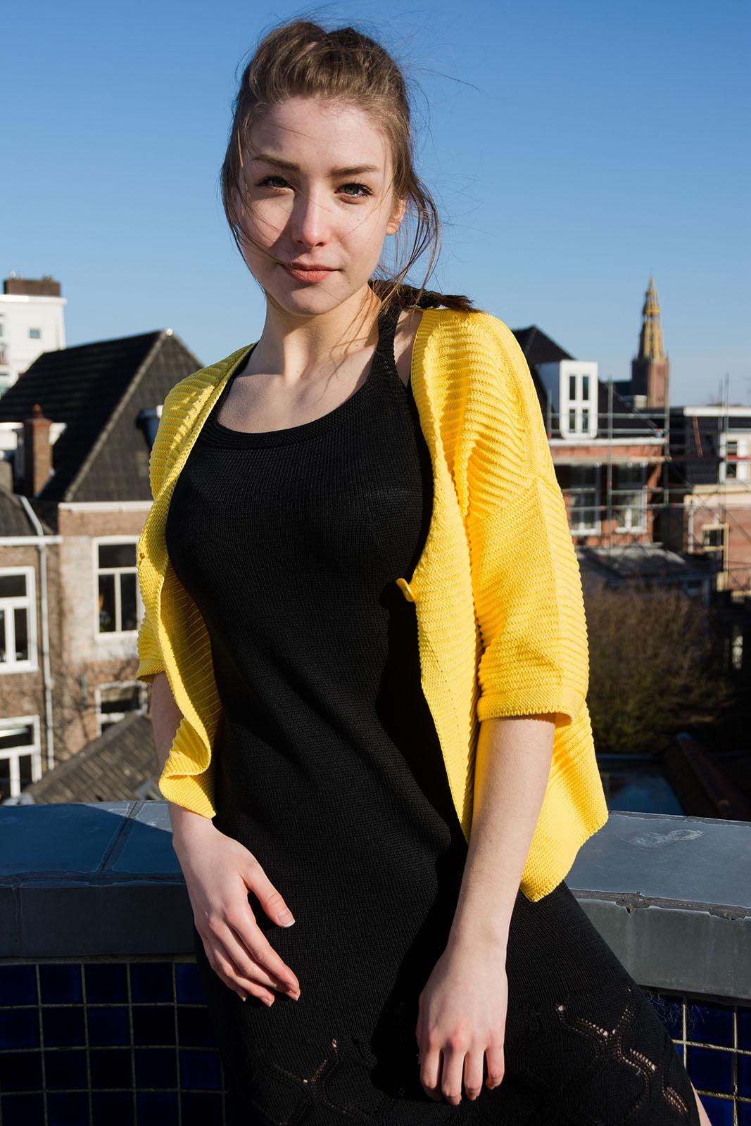Плетена жилетка в жълто