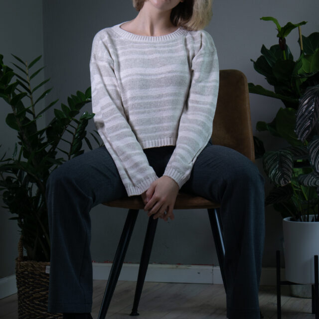 Плетен пуловер с райета в бежово-01