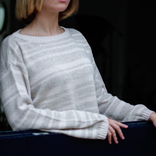 Плетен пуловер с райета в бежово-02